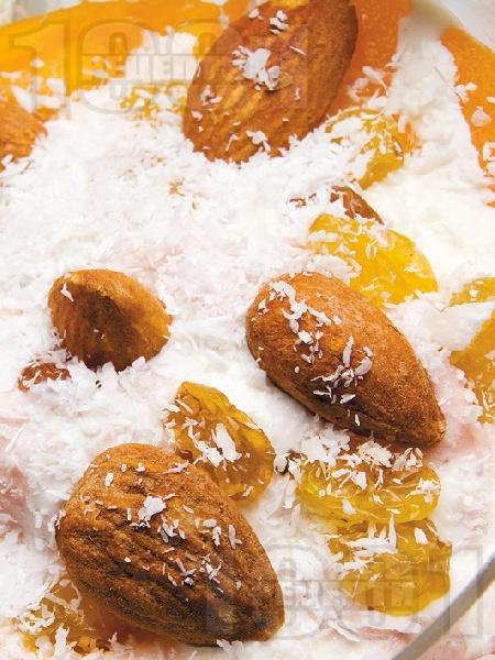 Желиран крем с кайсии, бадеми и стафиди - снимка на рецептата